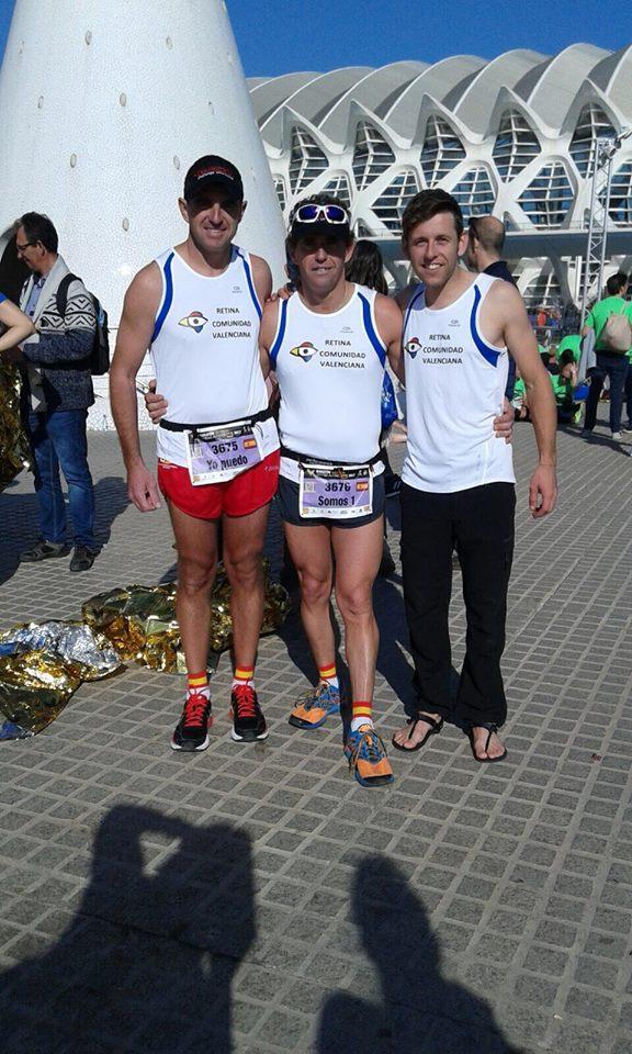Maratonistas portando la camisa deportiva de Retinosis Pigmentaria.